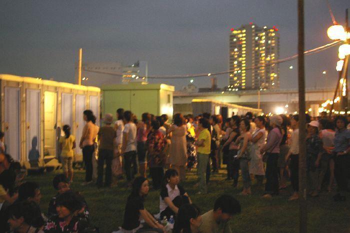 多摩川&たまがわ花火大会(世田谷&川崎)の渋滞するトイレ風景1
